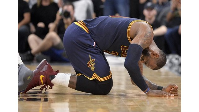 LeBron James injured in Cavs loss to Spurs
