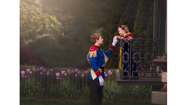 Brother surprises little sister with Disney princess photo shoot
